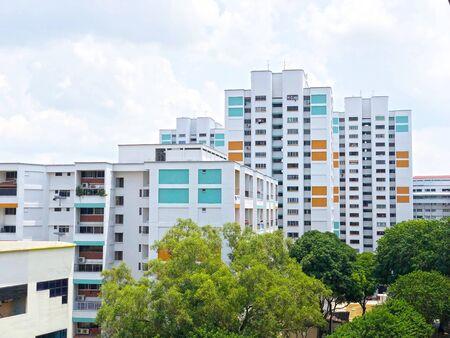 Appartement résidentiel/ plat sous ciel bleu nuageux à Singapour