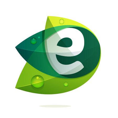 Litera E z zielonymi liśćmi i kroplami rosy. Elementy szablonu projektu wektorowego dla aplikacji lub tożsamości korporacyjnej.