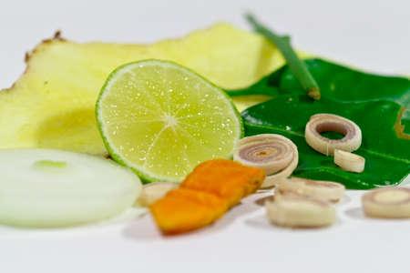 sanguisuga: Ingredienti per un autentico piatto asiatico composto da curcuma, erba limone, cipolla, foglie sanguisuga calce,
