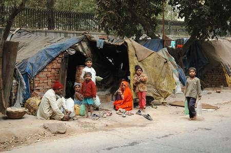 krottenwijk: DELHI, INDIA - 12 DECEMBER: Arme familie op sloppenwijk gebied in de buurt van 12 December 2008 in K.I.B.I. in Delhi, India. Miljoenen mensen in India niet hebben normale huisvesting vanwege overbevolking probleem Redactioneel