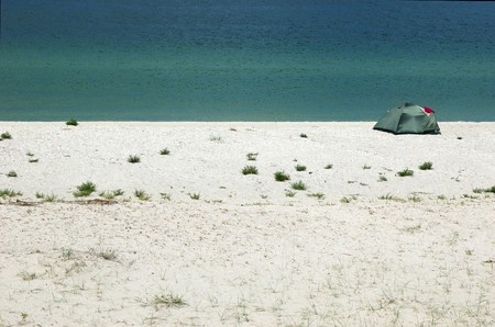 onbewoond: Toeristische tent op de kust van de zee van onbewoond wild Tendra eiland