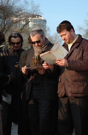 Odessa, Ukraine, April 8,2009 -Jewish community read Torah and make sun blessing (Birkat Hachama).Jewish believe that the sun completes it solar cycles of 28 years.   Stock Photo - 9144365