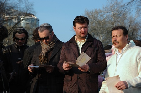 Odessa, Ukraine, April 8,2009 -Jewish community read Torah and make sun blessing (Birkat Hachama).Jewish believe that the sun completes it solar cycles of 28 years.   Stock Photo - 9144368