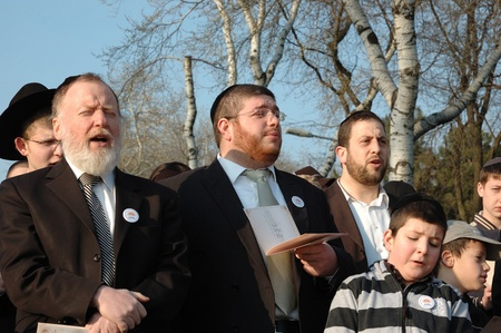 Odessa, Ukraine, April 8,2009 -Jewish community read Torah and make sun blessing (Birkat Hachama).Jewish believe that the sun completes it solar cycles of 28 years.   Stock Photo - 9144370