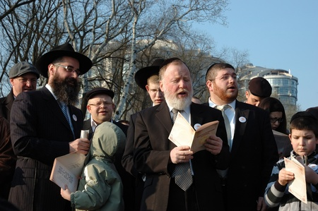 Odessa, Ukraine, April 8,2009 -Jewish community read Torah and make sun blessing (Birkat Hachama).Jewish believe that the sun completes it solar cycles of 28 years.   Stock Photo - 9144369