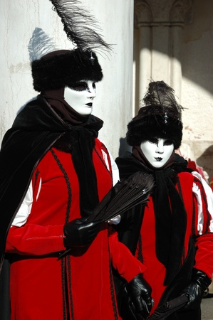 Venecia - marzo 8:Two damas de vestuario en la Plaza de San Marcos durante el Carnaval de Venecia el 8 de marzo, 2011.The carnaval anual se celebró en 2011 desde el 26 de febrero al 8 de marzo. Foto de archivo - 9144367