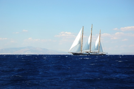 bateau de course: Voile dans la tempête