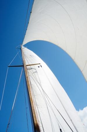 bateau de course: Voile et le mât sur le yacht, vue depuis le pont du bateau