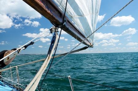 bateau de course: Voile sur une journ?e ensoleill?e Banque d'images