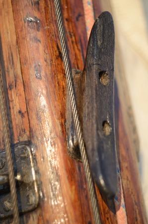 arracher: Vieux mill�sime taquet arrach� en bois sur le m�t, �quipements pour garder cordes yacht serr� Banque d'images