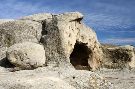 cueva: Entrada a la casa antigua en la ciudad cueva Uplistsikhe en el este de Georgia, el Cáucaso, Euroasia