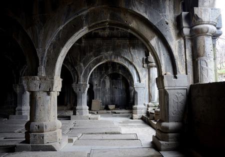 templo: Columnata interior medieval iglesia cristiana del complejo del monasterio Sanahin ArmeniaCentral Asia