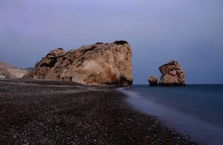 diosa griega: Paisaje marino de noche de la playa de rocas de Afrodita, bithplace de diosa griega del amor, Paphos, Chipre occidental (Petra tou Romiou), punto de referencia popular Foto de archivo