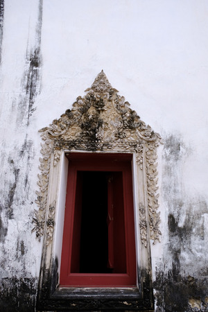 The Thai art stucco of Window frame isolated with white color and red wood color frame 免版税图像