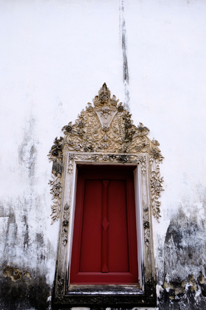 The Thai art stucco of Window frame isolate with white color and red wood color 免版税图像