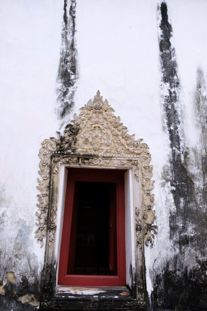The Thai art stucco of Window frame isolate with white color. It make since 100 year ago 免版税图像