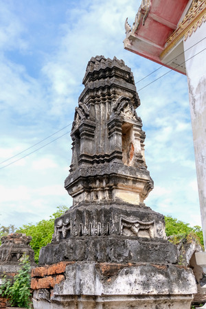Thai Stucco pattern on the ancient pagoda or Prang (Side view) with blue sky from Ayutthaya period. It located in Ayutthaya Historical Park with around 400 years.  The architecture same with Wat Ratchaburana  and Wat Chaiwatthanaram style 免版税图像