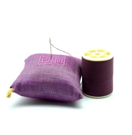 n�hzeug: Needle and Thread Sewing Kit auf wei�em Hintergrund