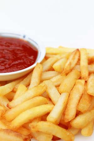 sauce tomate: Fran�aise Fries en plaque blanche avec sauce tomate Banque d'images
