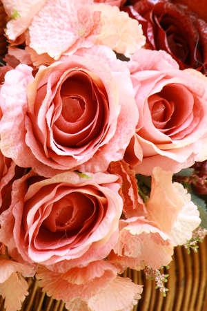 Ramo de flores color de rosa artificial para el fondo o tarjeta de felicitación Foto de archivo