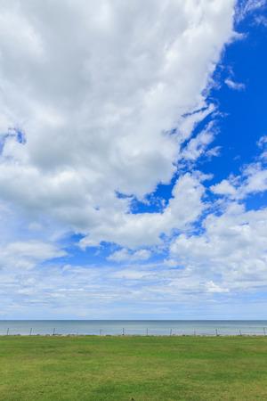 sfondo nuvole: Erba verde natura mare di sfondo nuvole e il cielo in Tailandia Archivio Fotografico