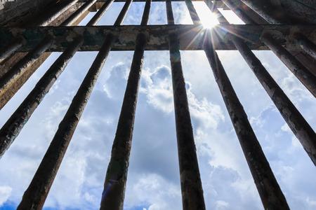 구금 시설에 사용 된 구형 교도소의 바에서 빛나는 그림자. 스톡 콘텐츠