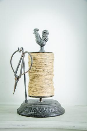 Cívka konopného lana, izolovaných na bílém pozadí