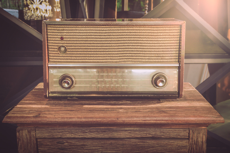 Radios viejas utilizados como ilustraciones para una decoración retro.