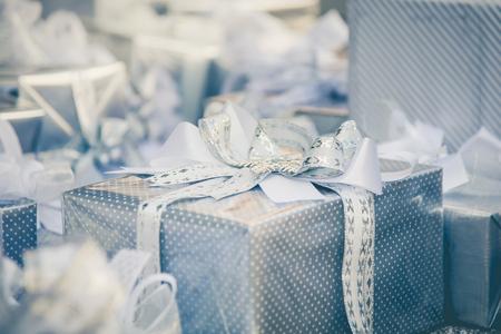 Kerstcadeaus achtergrond met kleine witte lint als een symbool van geluk.