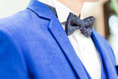 Nahaufnahme eines Bräutigams im blauen Hochzeitskleid mit Fliege. Standard-Bild