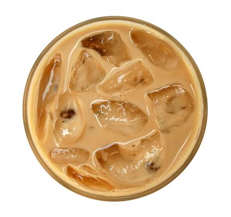 Draufsicht des Kaffee Latte-Cappuccinos mit Eis im Glas lokalisiert auf weißem Hintergrund, Beschneidungspfad eingeschlossen Standard-Bild