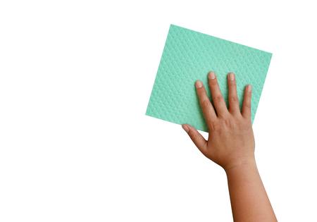 Nettoyage en tissu éponge main et vert isolé sur fond blanc, chemin de détourage inclus