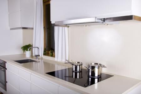 contadores: Cocina minimalista blanco, con dos cacerolas Foto de archivo