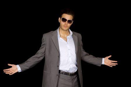 sicario: Un hombre joven fresco en un traje de negocios gris y gafas de sol