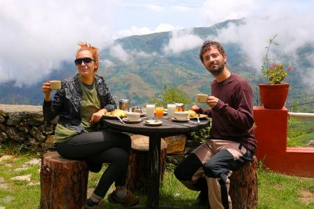 Tourist couple eating breakfast in himalayas mountains at Nagarkot, Kathmandu, Nepal Stockfoto
