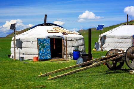 モンゴルの ger の太陽光発電、衛星テレビ、牛車、モンゴル中央キャンプします。素晴らしいコントラスト、現代と伝統的なライフ スタイルの互い