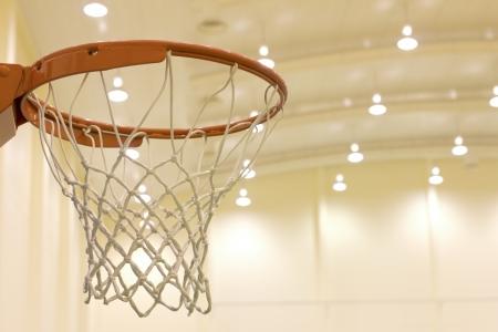cancha de basquetbol: cesta de puntuación en la cancha de baloncesto Foto de archivo