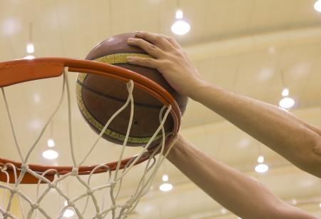 scoring basket in basketball court Stockfoto