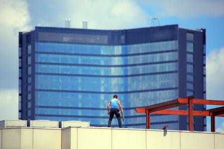 repairment worker at rooftop Stockfoto