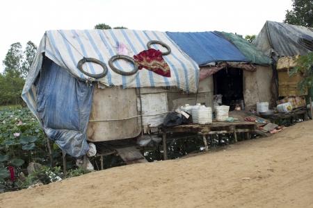 krottenwijk: Zeer slecht sloppenwijk huis, 11 mensen wonen in het Stockfoto