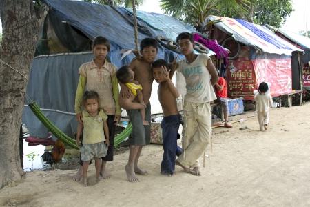 PHNOM PENH SLUMS - JUNE 2012: Friendship in slum Redactioneel