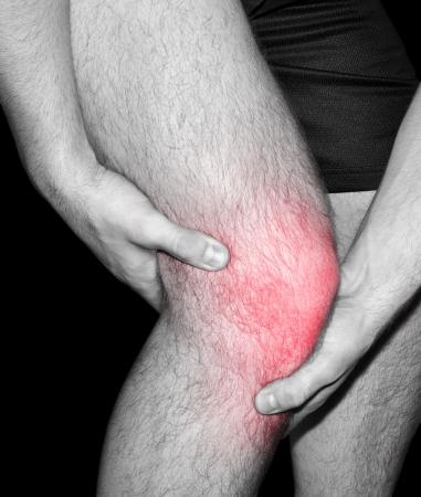 Mann mit gemeinsamen Schmerzen im Knie