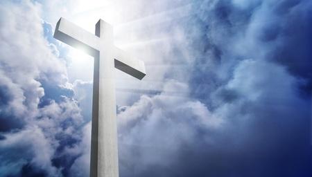 pentimento: splendente croce contro il cielo nuvoloso drammatica