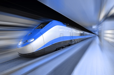 estacion de tren: Tren rápido a alta velocidad a través de una estación de