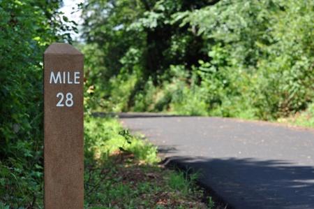 Meile Markierung entlang einer Walking, Radfahren und Jogging-Pfad Standard-Bild