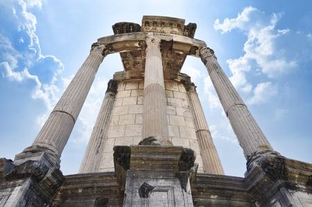 templo romano: Templo de Vesta, sitio para el Fuego Sagrado tendido por las vírgenes vestales
