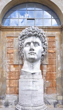 Antigua estatua del emperador romano Cayo Julio César Augusto en Museos Vaticanos