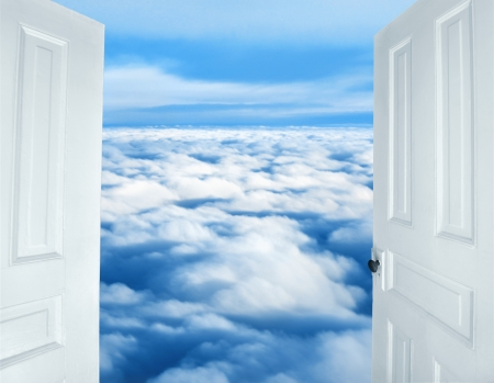 ふわふわ雲の天国の光景に開くドア 写真素材