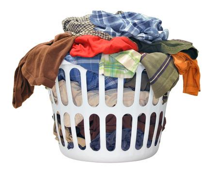 colada: Pila de ropa sucia en una cesta de lavado sobre un fondo blanco