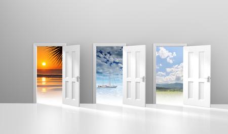 puertas abiertas: Elección de tres puertas que se abren a una posible escapada de vacaciones o destinos Foto de archivo